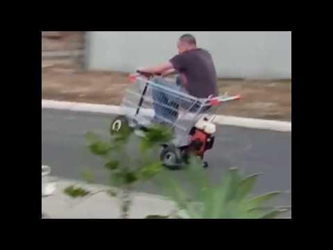Австралиец катается на тележке с мотором