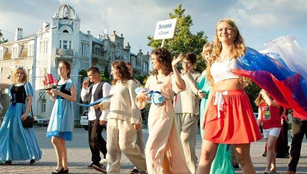Яркое шоу, парад колясок и усатые няни: чем удивит детей карнавал в Евпатории