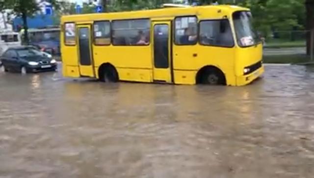 Видеофакт: в Севастополе ливень превратил проспект в озеро