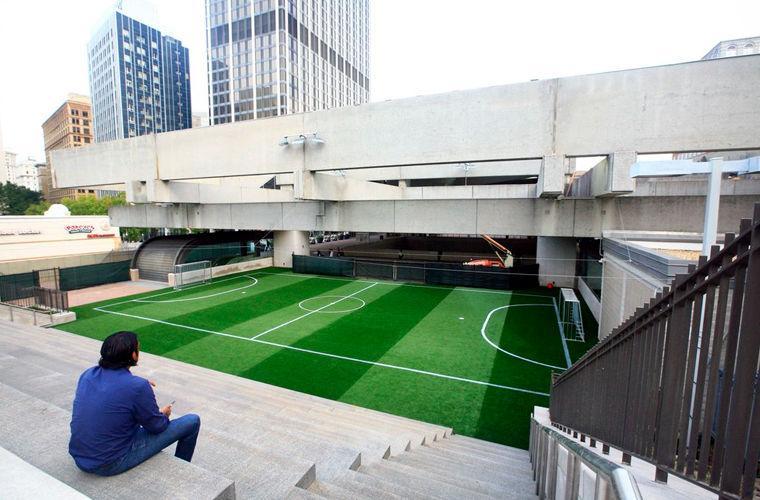 Крышу станции метро превратили в поле для дворового футбола