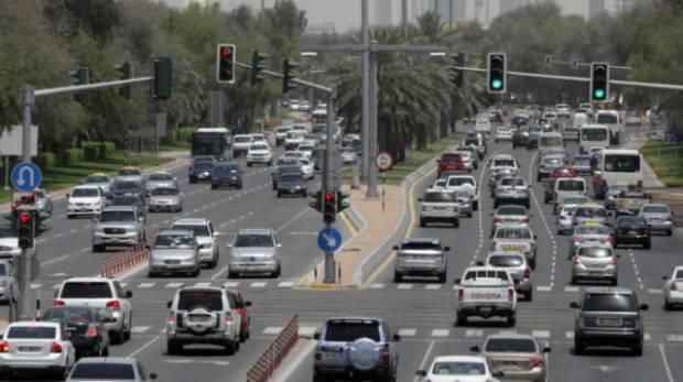 Сотни машин застревают в пробках в ОАЭ из-за пыльной бури, расписание полетов восстановилось обратно.
