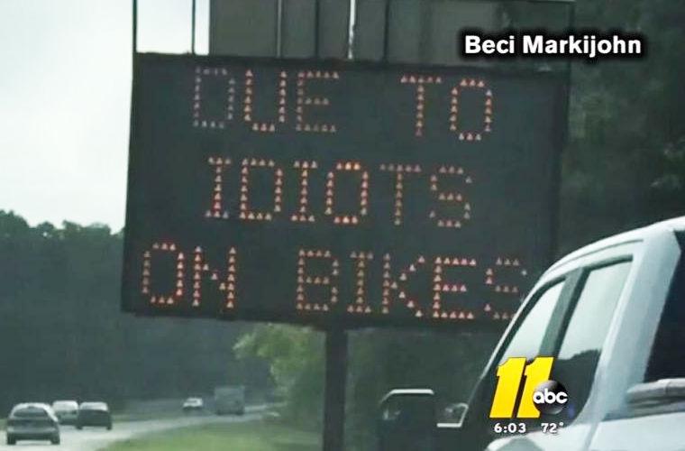 Взломанный знак предупреждает об «идиотах на байках»