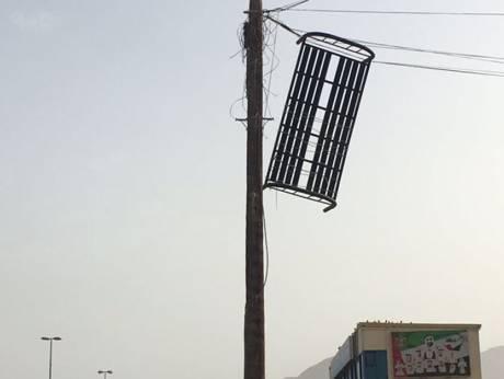 Тяжелую металлическую сдуло ветром на провода Etisalat в Рас-Аль-Хайме
