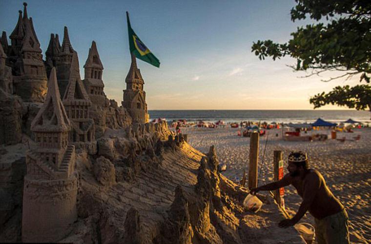 Мужчина 22 года живет в замке из песка