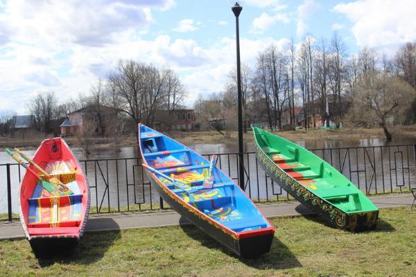 В селе Холуй Ивановской области возрождают старинную традицию росписи лодок