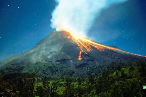 На острове Ява проходит эвакуация из-за извержения вулкана