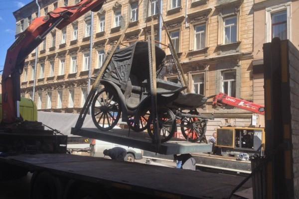 В центре Петербурга появился памятник карете