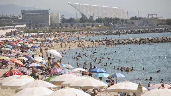 На пляжах Барселоны станет меньше закусочных, шезлонгов и зонтиков