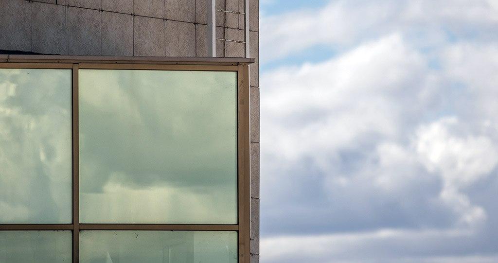 В Ялте из окна поликлиники упал пациент