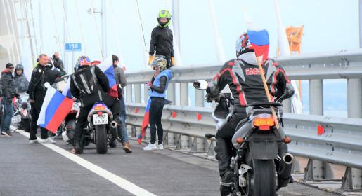 Байкеры остановились для массового селфи посреди Крымского моста вопреки правилам