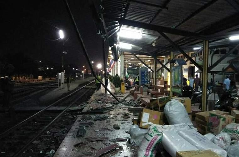 Проезжающий мимо поезд, разрушил железнодорожный вокзал Аюттхайи [ВИДЕО]