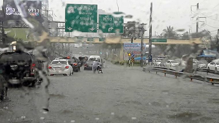 Сезон дождей пришел в Паттайю в разгар туристического сезона