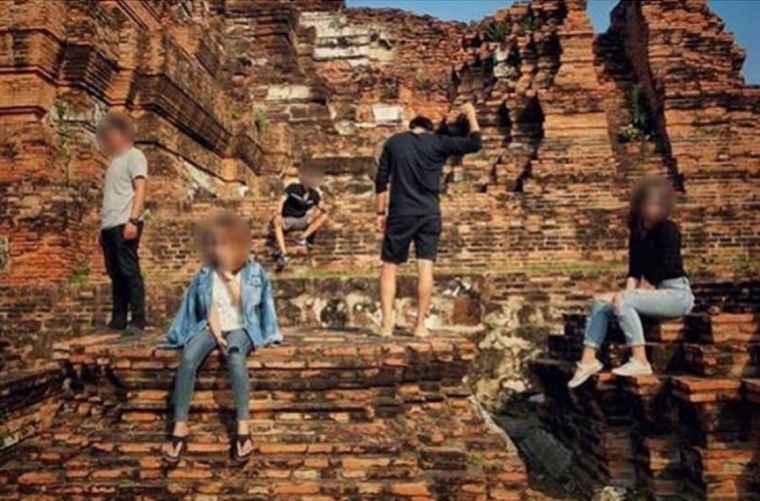 5 туристов будут судимы за неправильное поведение в храме Айюттайи