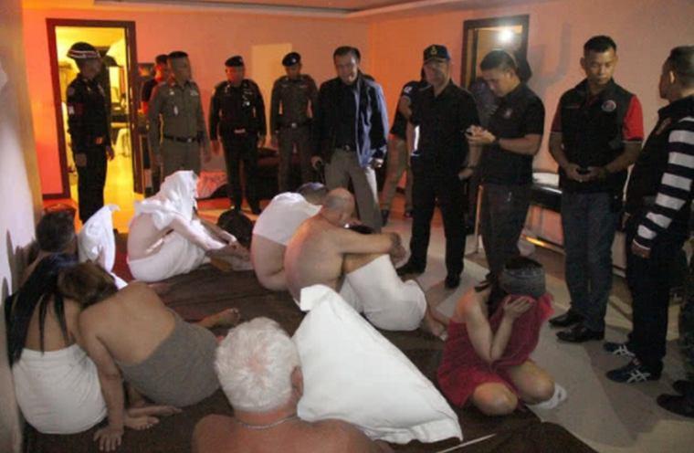 Полиция Паттайи накрыла вечеринку свингеров в самом разгаре [ФОТО 18+]