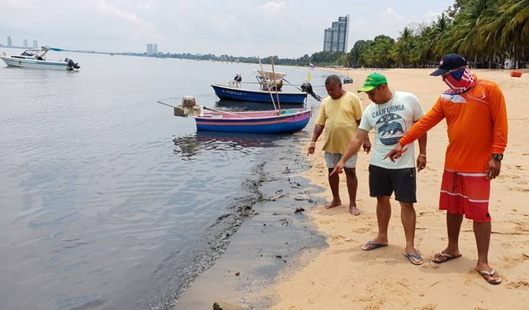 Море и пляж Банг Сарай возле Паттайи почернели
