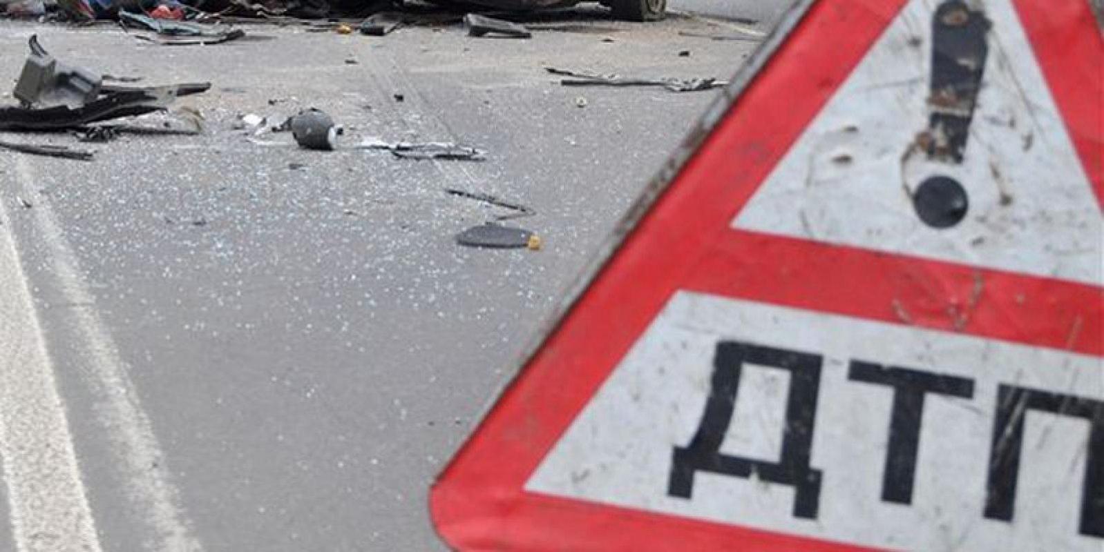 В Крыму водителя грузовика зажало в кабине после ДТП
