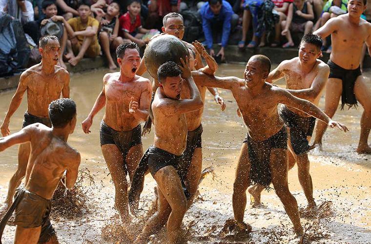 Вьетнамцы поиграли в грязебол