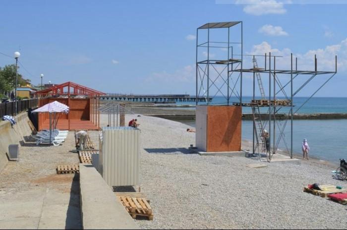 На крымском пляже возводят сомнительную конструкцию
