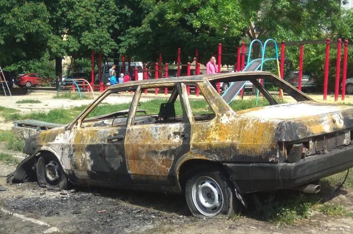 В Симферополе массово поджигают машины, припаркованные на газоне