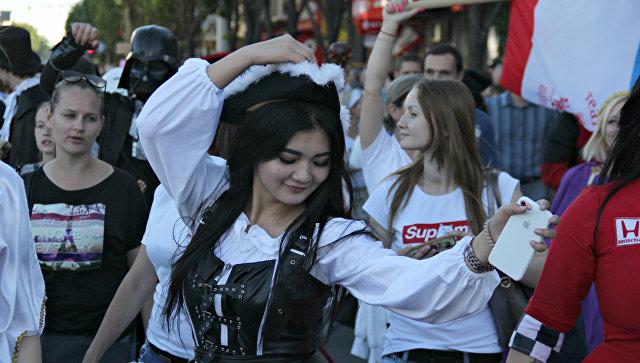 Карнавал в центре Симферополя: тысячи горожан прошли в праздничном шествии