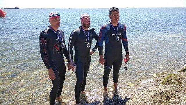 Участники массового заплыва переправились через Керченский пролив в Крым