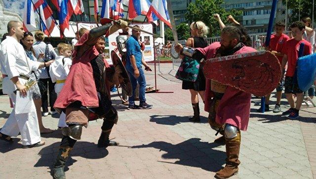 Бои на мечах и китайский лев: Симферополь продолжает отмечать День рождения