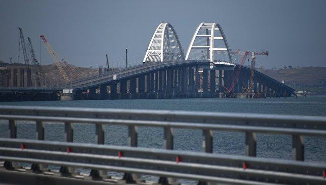 Крымские татары с национальными флагами проедут по мосту в Крым