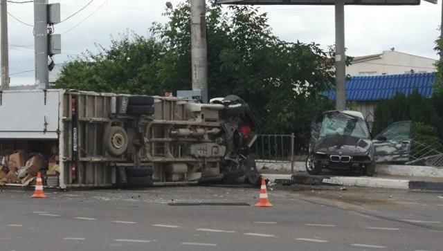 """ДТП с """"перевертышем"""" в Севастополе: BMW и ГАЗель разлетелись по дороге"""