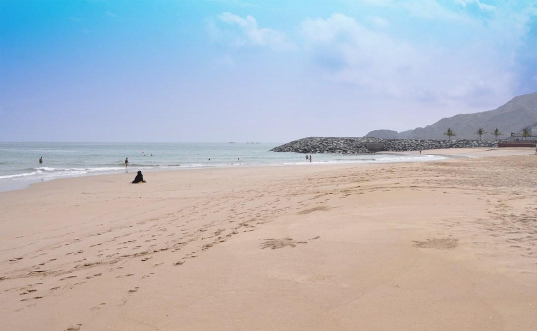 Штраф в 1000 Dh за парковку автомобилей на пляже Фуджейра Амбрелла (Umbrella Beach)