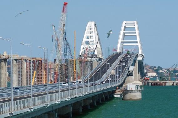 По мосту в Крым едет больше машин, чем в сторону Тамани
