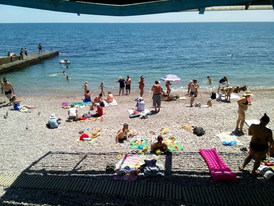 Гурзуф распугал пляжников мазутными берегами
