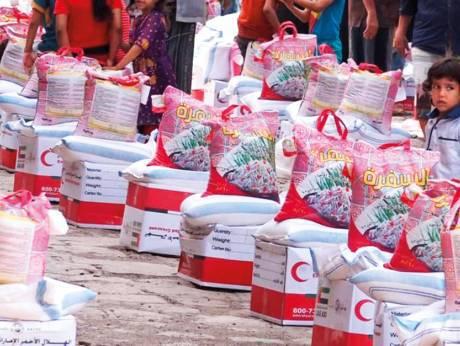 ОАЭ распространяет продовольственную помощь в Йемене.