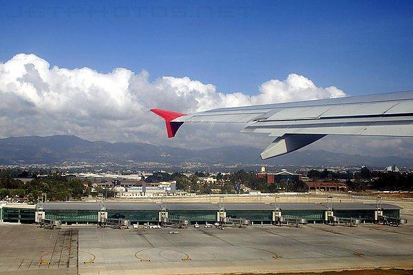 Из-за пепла закрыли главный аэропорт Гватемалы
