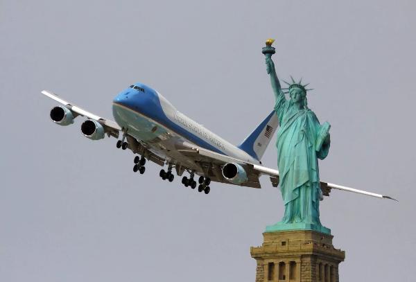 Спрос на авиабилеты в США из России упал почти в два раза