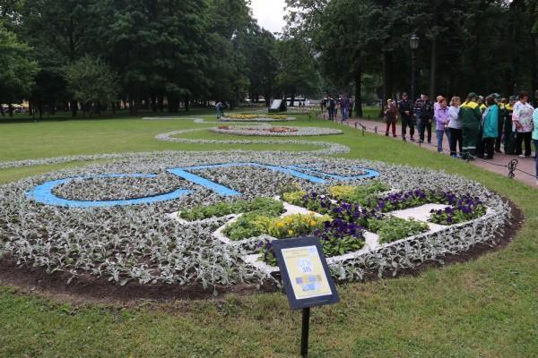 В Александровском саду открылся посвященный юбилею Петербурга фестиваль цветов