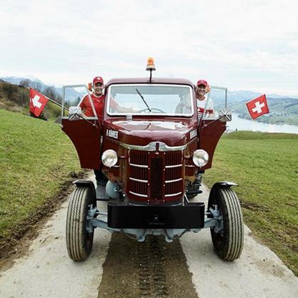 Швейцарские фанаты отправились в Калининград на тракторе