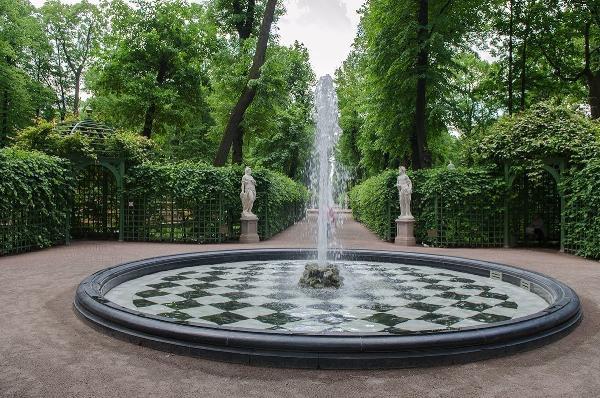 Первый в России парфюмированный фонтан будет неделю работать в Летнем саду Петербурга