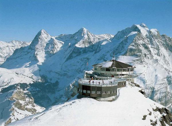 Около 400 туристов были эвакуированы на вертолетах с горы Шилтхорн в Швейцарии