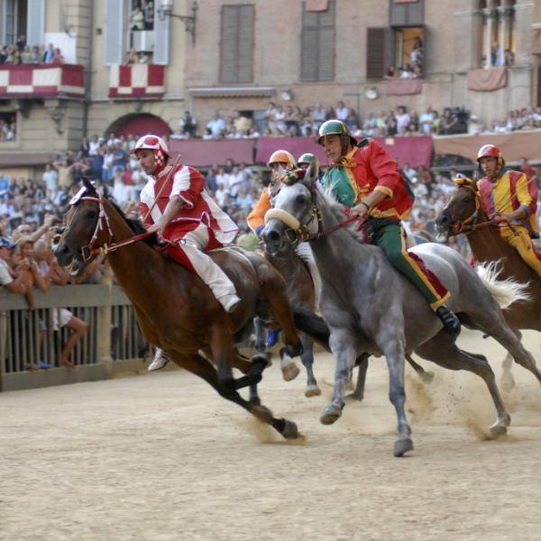 Знаменитые скачки Палио в Сиене пройдут 2 июля и 16 августа