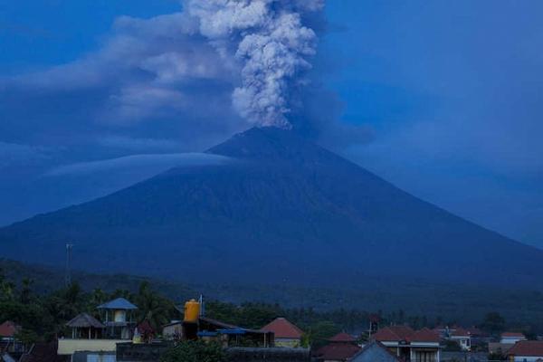 Аэропорт Бали закрыт из-за нового извержения вулкана Агунг