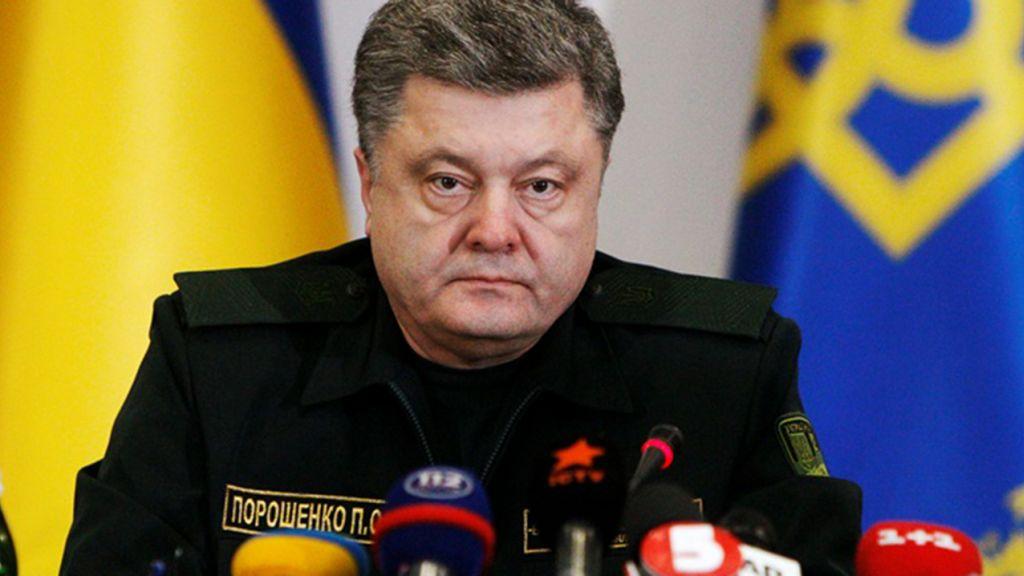Порошенко спел украинский гимн и поднял флаг над Севастополем