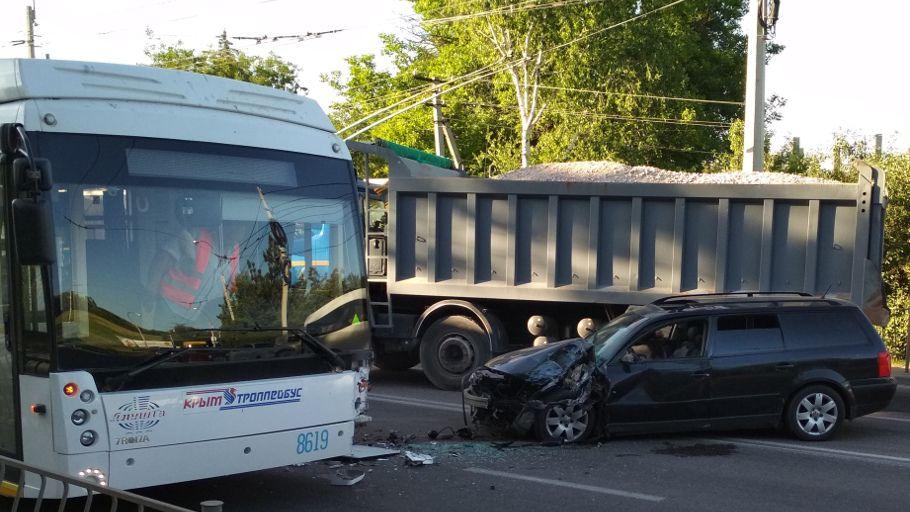 В Крыму иномарка влетела в троллейбус