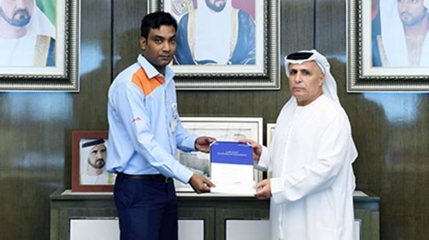 Таксист Дубая удостоен благодарности за помощь женщине на дороге.