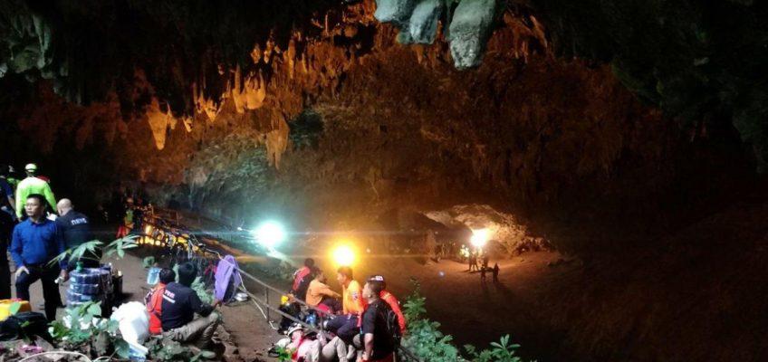 В Таиланде пытаются спасти детей из затопленной пещеры (ВИДЕО)