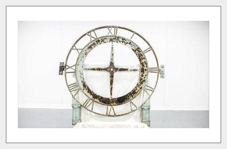 Вор вернул городские часы, украденные 20 лет назад