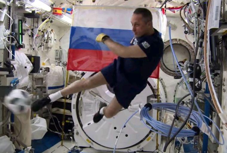 Российский космонавт привез с орбиты мяч для чемпионата по футболу