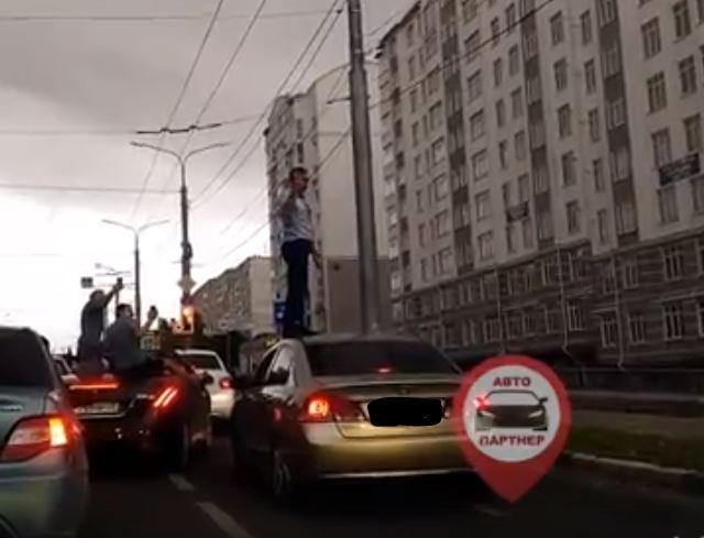 В Севастополе мужчина станцевал на крыше иномарки