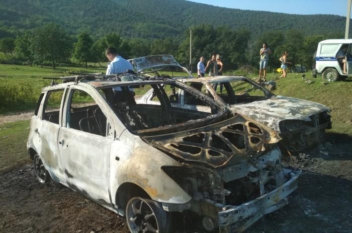 В Крыму неизвестные напали на детский палаточный лагерь: сожгли автомобили и жестоко расправились с собакой