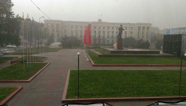 Закрыть окна, не подходить к деревьям: на Симферополь обрушится непогода