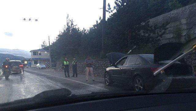 На Ялтинской трассе на ходу загорелась машина